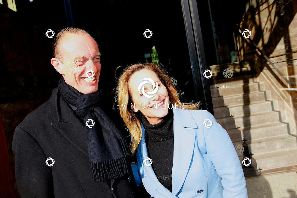 AMSTERDAM - In het Conservatorium Hotel vierde Leco Zadelhoff zijn 45ste verjaardag. Met op de foto  Angela Groothuizen met de deurwachter van het hotel. FOTO LEVIN DEN BOER