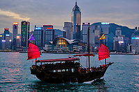 Chine, Hong Kong, Central vu depuis Kowloon, jonque à Victoria Harbour // China, Hong Kong, Central from Kowloon, junk in Victoria Harbour