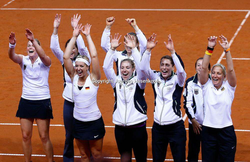 Fed Cup 2013 in Stuttgart, internationales ITF  Damen Tennis Turnier, Mannschafts Wettbewerb, team competition, das deutsche Team bedankt sich beim Publikum,Sieg,Jubel,Emotion,Halbkoerper,Querformat,