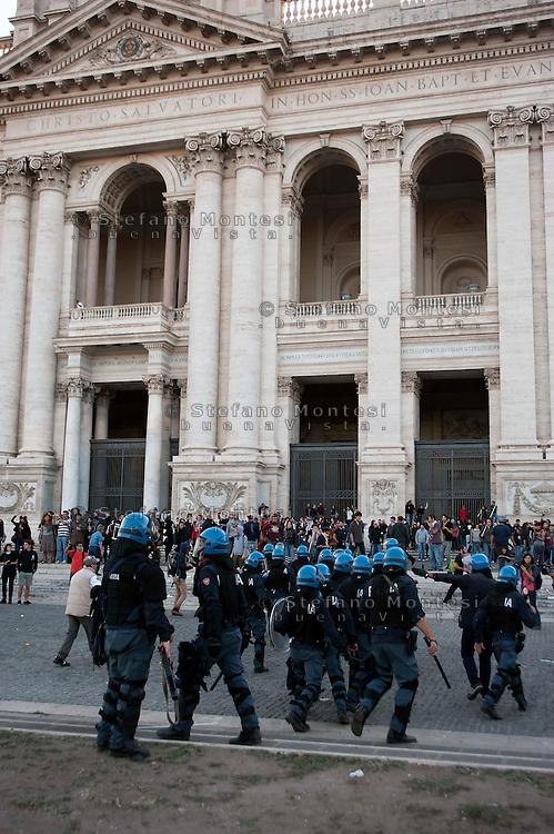 Roma  15 Ottobre 2011.Manifestazione contro la crisi e l'austerità.Scontri tra manifestanti e forze dell'ordine..La polizia carica i manifestanti non coninvolti negli scontri sul piazzale antistante la Basilica di San Giovanni