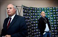 Fotball, 31. oktober 2005 , Den tidligere norske landsholdsspiller, Ståle Solbakken ( th ) , overtager per 1.<br /> januar 2006 ansvaret som cheftræner i F.C. København efter Hans Backe, der efter eget ønske stopper i klubben et halvt år før hans kontrakt udløber.Det længe verserende rygte blev endeligt bekræftet på et pressemøde mandag, hvor også direktør Flemming Østergaard (tv ) for Parken A/S deltog.<br /> Den 37-årige Solbakken nåede i mesterskabssæsonen 2000/2001 at spille 15 kampe og score 4 mål for F.C. København, inden en hjertesygdom , dramatisk satte en stopper for hans videre karriere som spiller. Nordmanden, har i 3 sæsoner været cheftræner for Ham-Kam i den bedste norske liga.<br /> Ydermere forlader F.C. Københavns sportsdirektør, Niels-Christian Holmstrøm klubben sin stilling ved udgangen af juni 2006.<br /> (Jens Dige /Digitalsport)