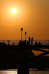 29.04.2011, Paris, Frankreich, FRA, Feature, Pariser Impression, im Bild Sonnenuntergang am Pont des Arts mit zwei Verliebten , EXPA Pictures © 2011, PhotoCredit: EXPA/ nph/  Straubmeier       ****** out of GER / SWE / CRO  / BEL ******