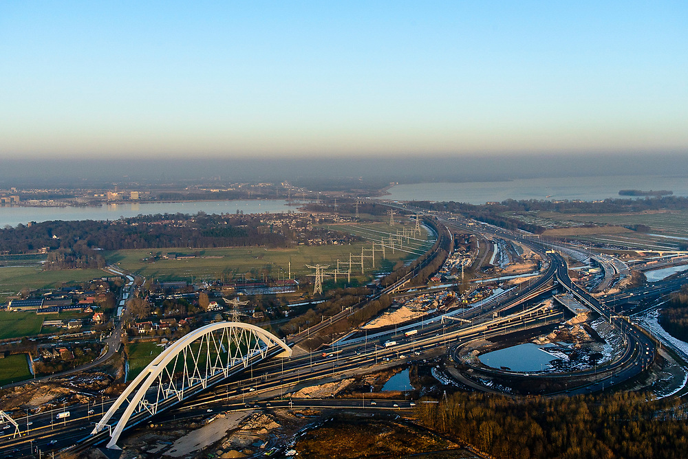Nederland, Noord-Holland, Gemeente Muiden, 14-02-2017; Knooppunt Muiderberg, spoorbrug over de A1, de Zandhazenbrug in de avondschemering. Spoorlijn Almere-Amsterdam, Gooimeer.<br /> Muiderberg junction, near Amsterdam w railwaybridge.<br /> luchtfoto (toeslag op standard tarieven);<br /> aerial photo (additional fee required);<br /> copyright foto/photo Siebe Swart