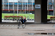 In Delft rijdt Lieke de Cock voor het eerst op de ligfiets. In september wil het Human Power Team Delft en Amsterdam, dat bestaat uit studenten van de TU Delft en de VU Amsterdam, tijdens de World Human Powered Speed Challenge in Nevada een poging doen het wereldrecord snelfietsen voor vrouwen te verbreken met de VeloX 8, een gestroomlijnde ligfiets. Het record is met 121,81 km/h sinds 2010 in handen van de Francaise Barbara Buatois. De Canadees Todd Reichert is de snelste man met 144,17 km/h sinds 2016.<br /> <br /> In Delft Lieke de Cock rides a recumbent for the first time. With the VeloX 8, a special recumbent bike, the Human Power Team Delft and Amsterdam, consisting of students of the TU Delft and the VU Amsterdam, also wants to set a new woman's world record cycling in September at the World Human Powered Speed Challenge in Nevada. The current speed record is 121,81 km/h, set in 2010 by Barbara Buatois. The fastest man is Todd Reichert with 144,17 km/h.