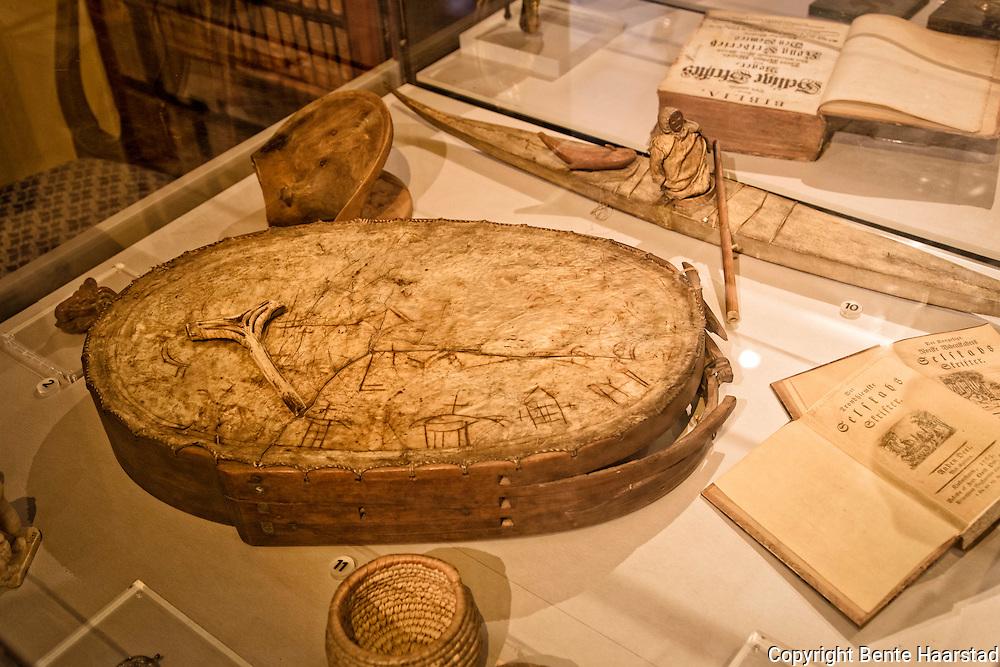 Runebomme med hammer, fra Gunnerus-samlingen til Vitneskapsmuseet i Trondheim. Museet vet ikke hvor trommen kommer fra.