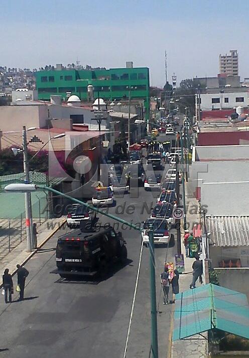 Toluca, Méx.- Policías de la Secretaria de Seguridad Ciudadana (SSC) realizaron un operativo para detener al menos a dos personas en una casa ubicada en la calle Isabel la Católica casi esquina 5 de Mayo, en la colonia Américas; la zona permaneció cercada por media hora. Agencia MVT / Staff