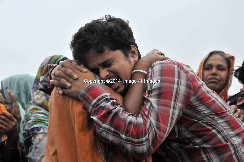 61530160<br /> A man cries when he identifies his relative s body after the ferry accident in Munshiganj district, Dhaka, Bangladesh, May 16, 2014. Bangladesh rescuers have dragged out 10 more bodies, raising the death toll to 22 in the ferry accident on river Meghna, after it sank in storm on Thursday afternoon,  Friday, 16th May 2014. Picture by  imago / i-Images<br /> UK ONLY