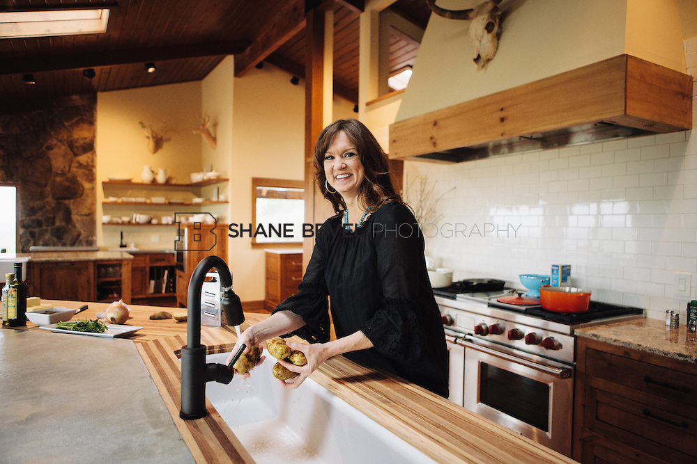 9/15/09 5:23:59 PM -- Ree Drummond, The Pioneer Woman, works in the kitchen in the lodge near her home on the Drummond Ranch near Pawhuska, Okla. ..Photo by Shane Bevel