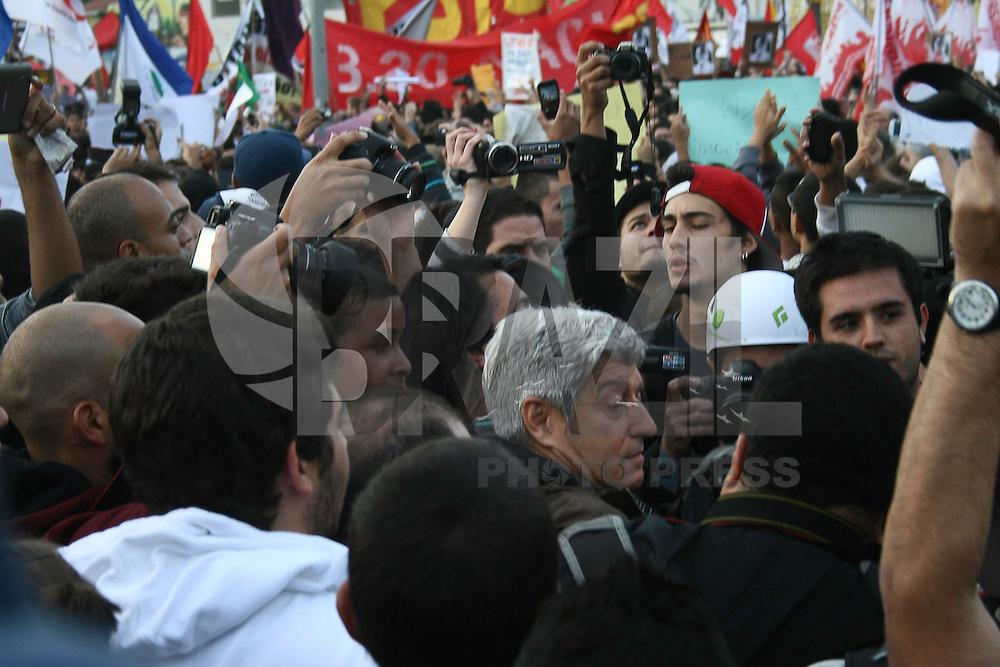 """AO PAULO - SP - 17 DE JUNHO DE 2013 - MANIFESTAÇÃO/PASSE LIVRE, manifestantes se reunem no Largo da Batata, Pinheiros, zona oeste, para a quinta passeata. Caco Barcelos foi hostilizado e os manifestantes gritavam """"Fora Globo!"""", momento tenso. FOTO: MAURICIO CAMARGO/BRAZIL PHOTO PRESS"""