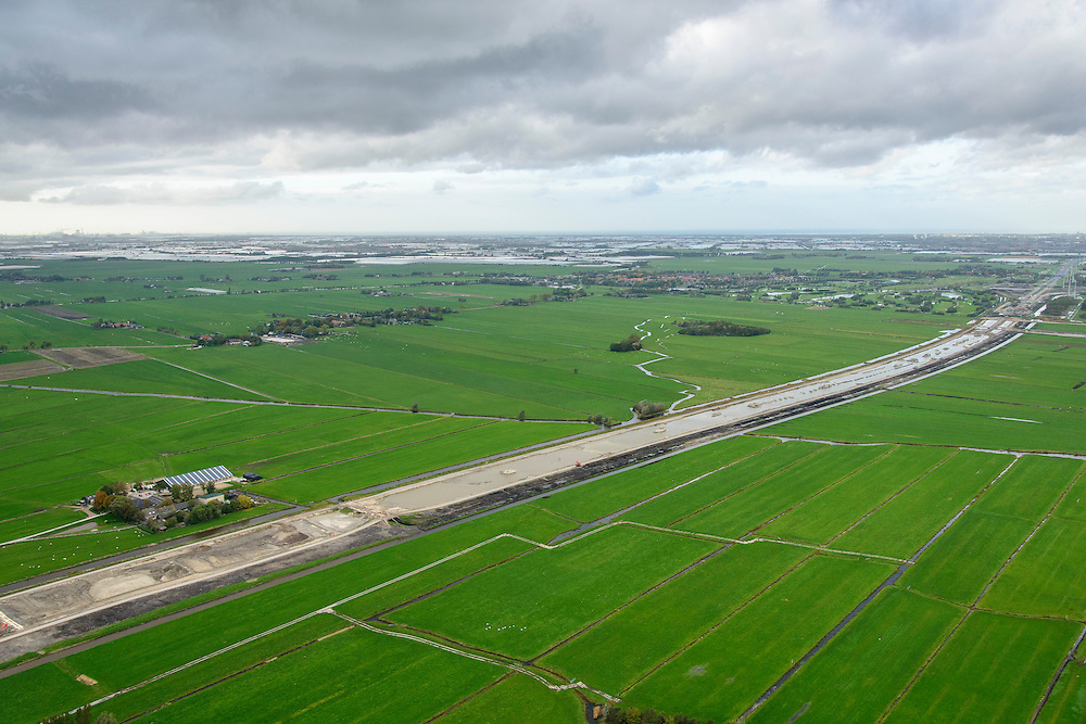 Nederland, Zuid-Holland, Midden-Delfland, 23-10-2013; aanleg van de verlengde A4 (A4 Delft-Schiedam) tussen Schiedam-Vlaardingen en Delf. Kassen Westland in de achtergrond.<br /> Construction of the extended A4 (A4 Delft-Schiedam) between Vlaardingen and Schiedam,. Westland greenhouses in the background.<br /> luchtfoto (toeslag op standaard tarieven);<br /> aerial photo (additional fee required);<br /> copyright foto/photo Siebe Swart.