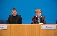 DEU, Deutschland, Germany, Berlin, 18.02.2019: Dr. Klaus Lederer, Senator für Kultur und Europa des Landes Berlin, und Gabi Zimmer, Vorsitzende GUE/NGL-Fraktion im Europäischen Parlament, in der Bundespressekonferenz bei der Vorstellung der Vorschläge für ein Europa der sozialen Gerechtigkeit und der gleichwertigen Lebensverhältnisse.