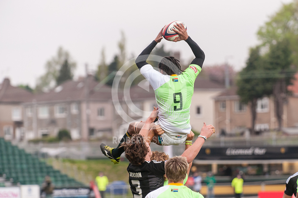 South Africa's Justin Geduld is lifted to catch a restart during the pool game against New Zealand. Action from the IRB Emirates Airline Glasgow 7s at Scotstoun in Glasgow. 3 May 2014. (c) Paul J Roberts / Sportpix.org.uk