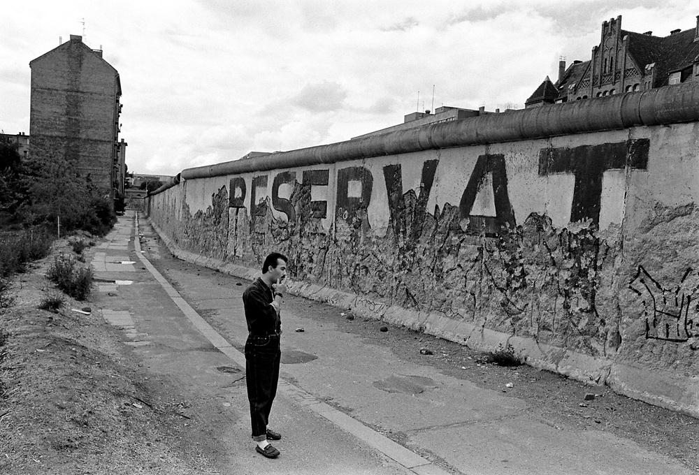 copyright by  CHRISTIAN JUNGEBLODT.DDR - BERLINER MAUER , Abriss .Berlin Kreuzberg , Adalbertstrasse .06/90.