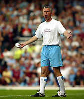 Photo. Chris Ratcliffe, Digitalsport<br /> NORWAY ONLY<br /> <br /> West Ham United v Ipswich Town. Division One Play-off Semi-final 2nd leg. 18/05/2004<br /> Alan Pardew struggles to watch his team.