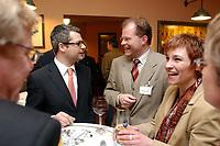 19 FEB 2003, BERLIN/GERMANY:<br /> Hans Martin Bury (L), MdB, SPD, Staatsminister im Auswaertigen Amt, Christian Lange (M), MdB, SPD, Sprecherkreis Netzwerk, und Caren Marks (R), MdB, SPD, im Gespraech, Treffen Netzwerk Berlin, Gruppe junger SPD Abgeordneter des Deutschen Bundestages, Koellscher Roemer<br /> IMAGE: 20030219-03-028<br /> KEYWORDS: Gespräch, youngster
