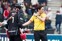 AMSTELVEEN - scheidsrechter Michiel Otten  met keeper David Harte (Kampong) tijdens  de  eerste finalewedstrijd van de play-offs om de landtitel in het Wagener Stadion, tussen Amsterdam en Kampong (1-1). Kampong wint de shoot outs.  . COPYRIGHT KOEN SUYK