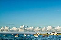 Barcos de pesca em frente à Praia da Armação. Florianópolis, Santa Catarina, Brasil. / Fishing boats in front of Armacao Beach. Florianopolis, Santa Catarina, Brazil.