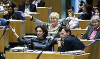 Nederland. Den Haag, 19 september 2007.<br /> Tweede dag algemene politieke beschouwingen in de tweede kamer.<br /> Femke Halsema en Ineke van Gent van GroenLinks reageren verbaasd alblijkt dat de PvdA geen tegenbegroting heeft gemaakt.<br /> Foto Martijn Beekman <br /> NIET VOOR TROUW, AD, TELEGRAAF, NRC EN HET PAROOL