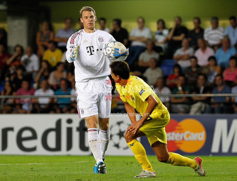 14.09.2011, Estadio El Madrigal, Villareal, ESP, UEFA CL, Villareal CF v FC Bayern Muenchen, im Bild Villareal CF's Nilmar (r) and FC Bayern Munchen's Manuel Neuer during UEFA Champions League match.September 14,2011. EXPA Pictures © 2011, PhotoCredit: EXPA/ Alterphoto/ Acero +++++ ATTENTION - OUT OF SPAIN/(ESP) +++++