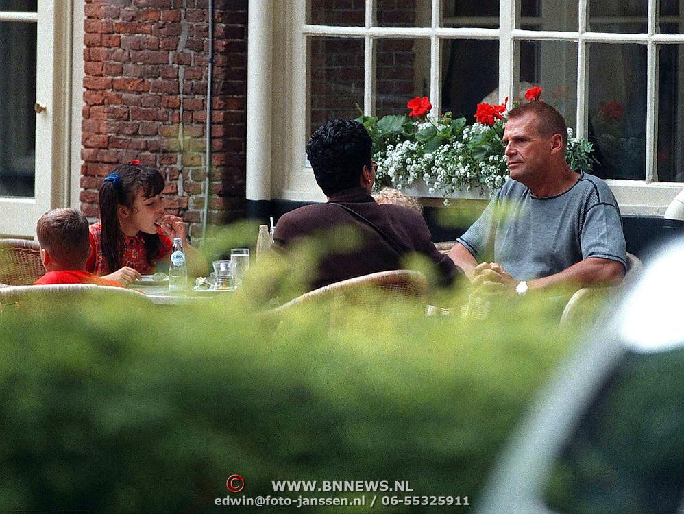 Joop Oonk, vrouw Edith verplak en kinderen Danielle en Joshua op een terras in Laren