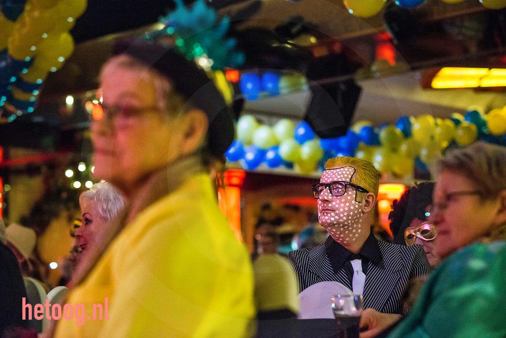 Nederland, Oldenzaal 02feb2018   'Boeskool of the prom' , Bal Masqué , carnaval in Oldenzaal. Prins Han van Benthem met Sic Boudewijn Platvoet en adjudant Milan Greven maken hun opwachting in  zaal Rouwhorst.  Groot feest tot in de late c.q. vroege uurtjes met orkest, diverse artiesten en veel publiek. Fotografie: Cees Elzenga/hetoog.nl CE20180202 Editie: Alle