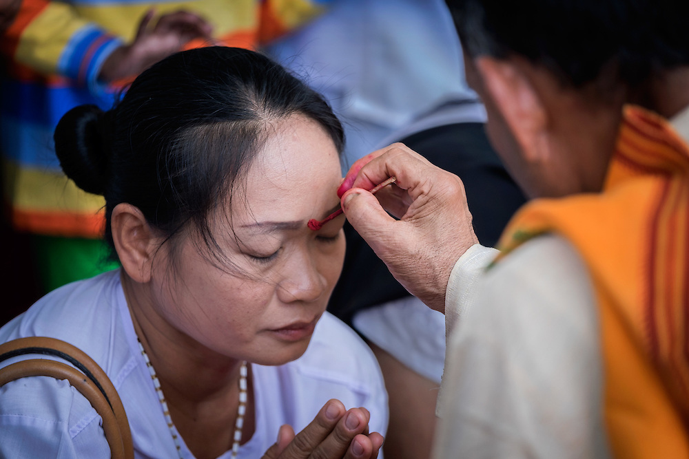 A woman is given a bindi at the 6th Ganesha Festival at Utthyan Ganesha Temple in Nakhon Nayok, ‪Thailand‬.