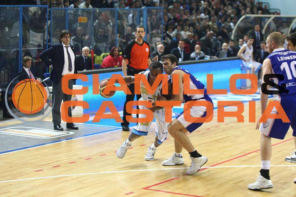 DESCRIZIONE : Cremona Lega A 2010-2011 Vanoli Braga Cremona Bennet Cantu<br />GIOCATORE : Je Kel Foster<br />SQUADRA : Vanoli Braga Cremona<br />EVENTO : Campionato Lega A 2010-2011<br />GARA : Vanoli Braga Cremona Bennet Cantu<br />DATA : 30/01/2011<br />CATEGORIA : Palleggio<br />SPORT : Pallacanestro<br />AUTORE : Agenzia Ciamillo-Castoria/F.Zovadelli<br />GALLERIA : Lega Basket A 2010-2011<br />FOTONOTIZIA : Cremona Campionato Italiano Lega A 2010-11 Vanoli Braga Cremona Bennet Cantu<br />PREDEFINITA :
