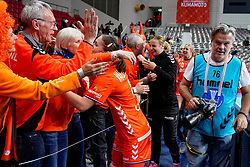 06-12-2019 JAP: Norway - Netherlands, Kumamoto<br /> Last match groep A at 24th IHF Women's Handball World Championship. / The Dutch handball players won in an exciting game of fear gegner Norway and wrote in the last group match at the World Handball  World Championship history (30-28). / Laura van der Heijden #6 of Netherlands, Henk, Dutch support