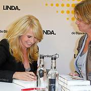 NLD/Amsterdam/20111031- Presentatie boek Linda De Columns, Linda de Mol signeert haar boek