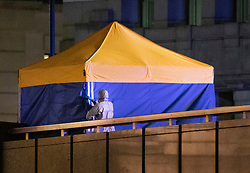© Licensed to London News Pictures. 29/11/2019. London, UK. Police erect a tent over the body of a man that police earlier shot on London Bridge. A number of people have been stabbed. Police have shot a suspect. Photo credit: Peter Macdiarmid/LNP