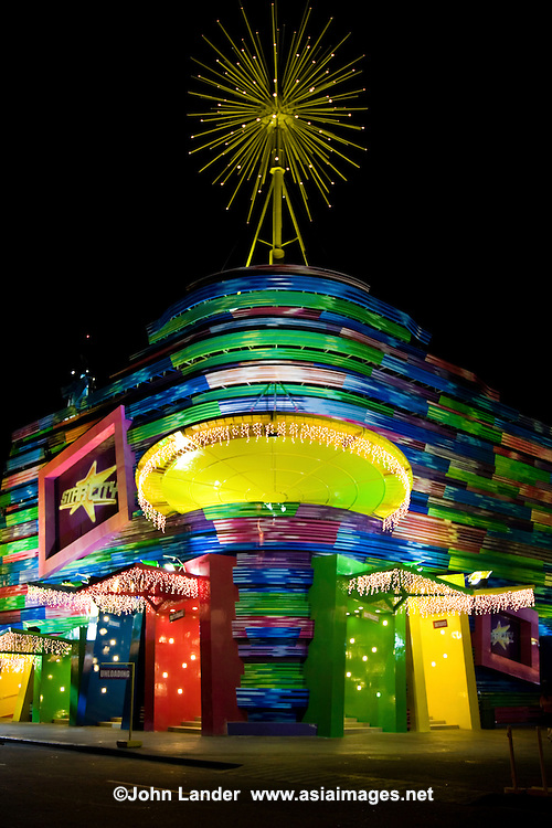 Star City is the longest-running amusement park in Manila. Star City sprawls in typically filipino fashion with over 35,000 square metres, with 21 rides, an obligatory House of Horrors, game stations, and two cinemas. Its biggest draw, however, is as a concert venue hosting famous Filipino groups as well as foreign entertainers.