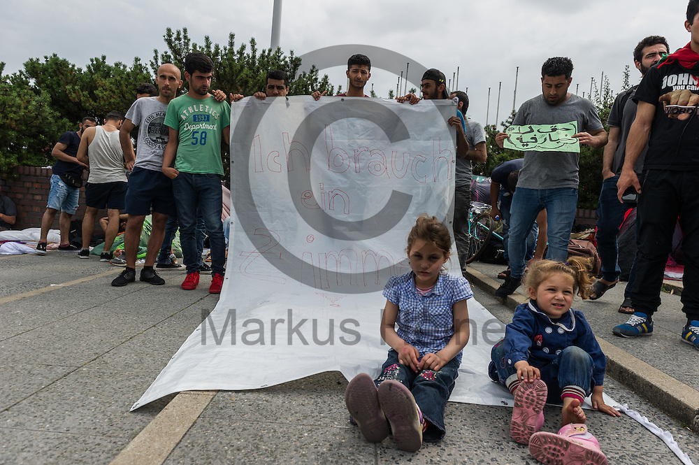 &quot;Ich braucht ein Zimmer&quot; steht w&auml;hrend der Proteste von Fl&uuml;chtlingen am 26.07.2016 vor dem LaGeSo ICC in Berlin, Deutschland auf einem Transparent von Fl&uuml;chtlingen. Die Fl&uuml;chtlinge Protestieren seit einigen Tagen vor dem LAGeSo im ICC gegen einen Umquartierung in eine andere Massenunterkunft. Hygienische Bedingungen und die Privatsph&auml;re sind in vielen Unterk&uuml;nften ein Problem. Foto: Markus Heine / heineimaging<br /> ------------------------------<br /> <br /> Ver&ouml;ffentlichung nur mit Fotografennennung, sowie gegen Honorar und Belegexemplar.<br /> <br /> Bankverbindung:<br /> IBAN: DE65660908000004437497<br /> BIC CODE: GENODE61BBB<br /> Badische Beamten Bank Karlsruhe<br /> <br /> USt-IdNr: DE291853306<br /> <br /> Please note:<br /> All rights reserved! Don't publish without copyright!<br /> <br /> Stand: 07.2016<br /> <br /> ------------------------------