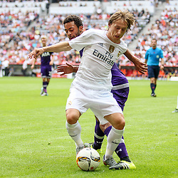 04.08.2015, Allianz Arena, Muenchen, GER, AUDI CUP, Real Madrid vs Tottenham Hotspur, im Bild Moussa Dembele (Tottenham Hotspur #19) im Zweikampf gegen Luka Modric (Real Madrid CF #19) // during the 2015 Audi Cup Match between Real Madrid and Tottenham Hotspur at the Allianz Arena in Muenchen, Germany on 2015/08/04. EXPA Pictures © 2015, PhotoCredit: EXPA/ Eibner-Pressefoto/ Schueler<br /> <br /> *****ATTENTION - OUT of GER*****