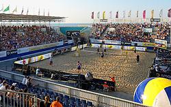 18-07-2014 NED: FIVB Grand Slam Beach Volleybal, Scheveningen<br /> Knock out fase - Centercourt The Hague beachstadium met de wedstrijd Jon Stiekema (1), Christiaan Varenhorst (2) NED, Jonathan Erdmann (1), Kay Matysik (2) GER - support toeschouwers publiek