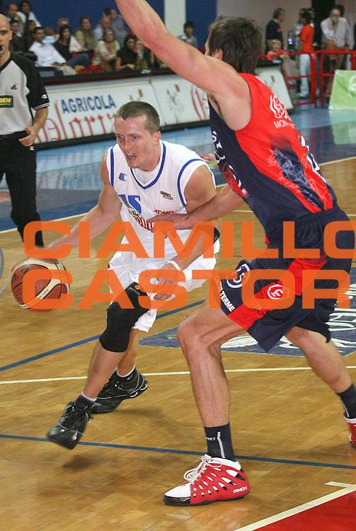 DESCRIZIONE : Montecatini Legadue 2006-07 Agricola Gloria Basket Rossoblu Montecatini Indesit Fabriano Basket<br /> GIOCATORE : Whiting<br /> SQUADRA : Indesit Fabriano Basket<br /> EVENTO : Campionato Legadue 2006-2007<br /> GARA : Agricola Gloria Basket Rossoblu Montecatini Indesit Fabriano Baslet<br /> DATA : 15/10/2006<br /> CATEGORIA : Penetrazione<br /> SPORT : Pallacanestro<br /> AUTORE : Agenzia Ciamillo-Castoria/Stefano D'Errico