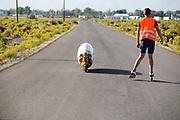De VeloX 7 is van start. In Battle Mountain, Nevada, oefent het team op een weggetje. Het Human Power Team Delft en Amsterdam, dat bestaat uit studenten van de TU Delft en de VU Amsterdam, is in Amerika om tijdens de World Human Powered Speed Challenge in Nevada een poging te doen het wereldrecord snelfietsen voor vrouwen te verbreken met de VeloX 7, een gestroomlijnde ligfiets. Het record is met 121,44 km/h sinds 2009 in handen van de Francaise Barbara Buatois. De Canadees Todd Reichert is de snelste man met 144,17 km/h sinds 2016.<br /> <br /> With the VeloX 7, a special recumbent bike, the Human Power Team Delft and Amsterdam, consisting of students of the TU Delft and the VU Amsterdam, wants to set a new woman's world record cycling in September at the World Human Powered Speed Challenge in Nevada. The current speed record is 121,44 km/h, set in 2009 by Barbara Buatois. The fastest man is Todd Reichert with 144,17 km/h.