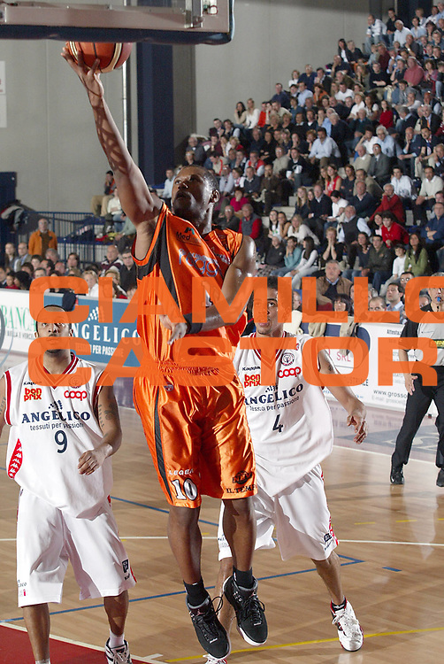 DESCRIZIONE : Biella Lega A1 2005-06 Angelico Biella Viola Reggio Calabria <br />GIOCATORE : Guyton<br />SQUADRA : Viola Reggio Calabria<br />EVENTO : Campionato Lega A1 2005-2006<br />GARA : Angelico Biella Viola Reggio Calabria<br />DATA : 20/04/2006<br />CATEGORIA : Tiro<br />SPORT : Pallacanestro<br />AUTORE : Agenzia Ciamillo-Castoria/S.Ceretti<br />Galleria : Lega Basket A1 2005-2006<br />Fotonotizia : Biella Campionato Italiano Lega A1 2005-2006 Angelico Biella Viola Reggio Calabria<br />Predefinita :