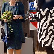 NLD/Hilversum/20060503 - HM de Koninging Beatrix opent de langste natuurbrug ter wereld : Natuurbrug Zanderij Crailo in Hilversum, Beatrix en mascotte