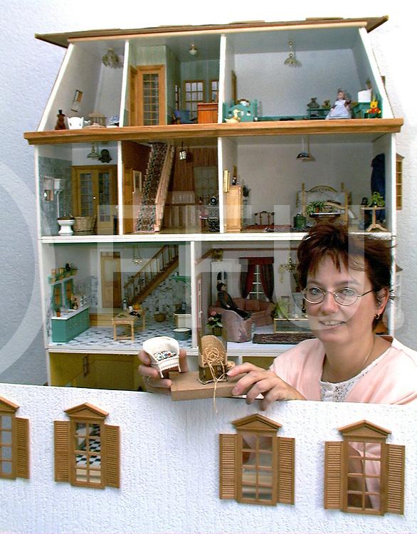 Fotografie Frank Uijlenbroek©1999/Frank Brinkman.99-09-03 dalfsen ned.mvr kruizinga met haar poppenhuis