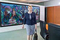 20 JUN 2018, BERLIN/GERMANY:<br /> Franziska Giffey, SPD, Bundesministerin fuer Familie, Senioren, Frauen und Jugend, auf dem Weg zu ihrem PLatz, vor Beginn der Kabinettsitzung, Bundeskanzleramt<br /> IMAGE: 20180620-01-002<br /> KEYWORDS: Kabinett, Sitzung