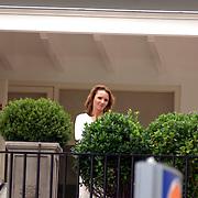 "NLD/Bussum/20060923 - Debby, vriendin van "" Gouden Kooi "" deelnemer Stephan op hun balkon"