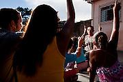 Nova Lima_MG, 19 de Marco de 2010...Nova Lima_MG, Brasil..Projeto De Volta pra Casa, em Contagem, Minas Gerais. O projeto visa tirar criancas de abrigos e leva-las de volta aos seus lares. Na foto, assistentes sociais em atividade com criancas do projeto...De volta pra casa project, in Contagem, Minas Gerais. The project aims to get children from shelters and take them back to their homes. In the photo, social workers in activity with children in the project...Foto: LEO DRUMOND / NITRO