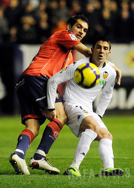 Osasuna's Josetxo Romero (L) vies with Valencia's David Villa (R) during a Spanish league football match, on November 22, 2009, at Reyno de Navarra stadium in Pamplona. PHOTO/Rafa Rivas