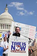 Cenetaneres de imigrantes participan en la marcha para exigir una reforma migratoria laboral que permita legalizarlos. El gobierno ha presentado una propuesta que permitiría legalizar a trabajadores de las áreas agrícolas y estudiantes que ingresaron antes del 2011. Photo: Norwin Herrera/Imagenes Libres.