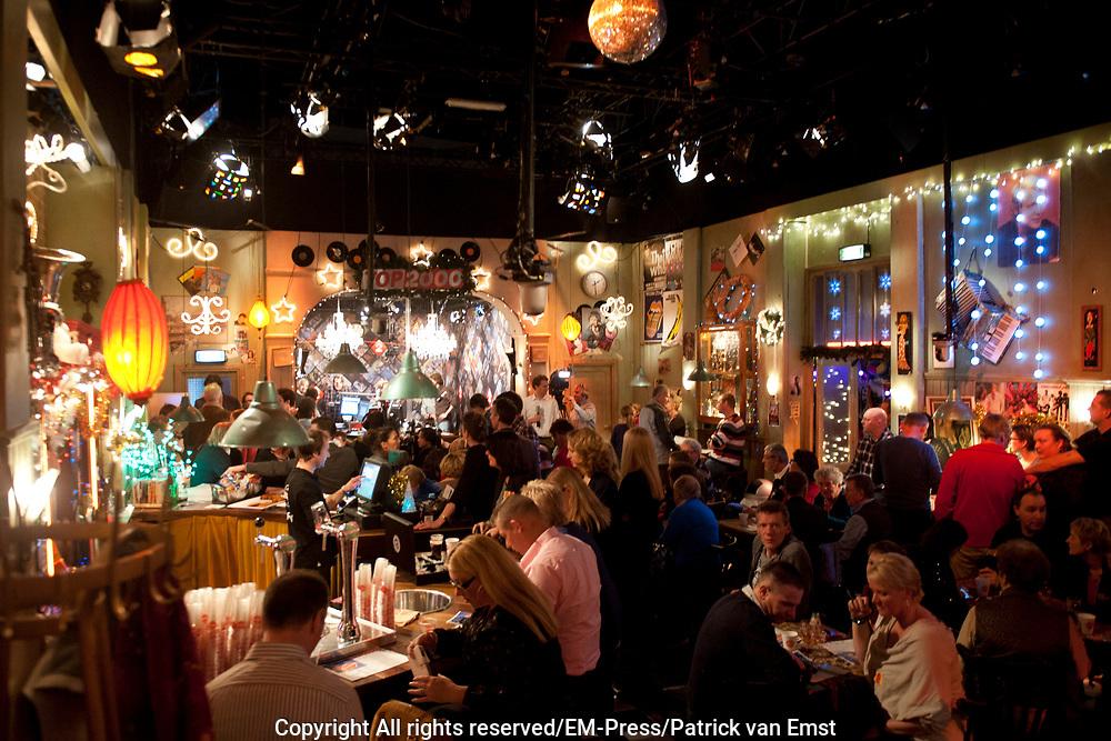 Gijs Staverman start het eerste nummer van de Top 2000 in de studio van het Top 2000 Cafe Het is de eerste keer dat Gijs Staverman de (15e) editie van de Top 2000 presenteerd.<br /> <br /> Op de foto:  Top 2000 Cafe