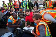 De Canadees Todd Reichert heeft zijn eigen wereldrecord verbroken tijdens de derde dag van de races. Hij rijdt 88,26 mph (142 km/h). Nog tijdens het uitrijden bekijkt hij met zijn team de data. In Battle Mountain (Nevada) wordt ieder jaar de World Human Powered Speed Challenge gehouden. Tijdens deze wedstrijd wordt geprobeerd zo hard mogelijk te fietsen op pure menskracht. Het huidige record staat sinds 2015 op naam van de Canadees Todd Reichert die 139,45 km/h reed. De deelnemers bestaan zowel uit teams van universiteiten als uit hobbyisten. Met de gestroomlijnde fietsen willen ze laten zien wat mogelijk is met menskracht. De speciale ligfietsen kunnen gezien worden als de Formule 1 van het fietsen. De kennis die wordt opgedaan wordt ook gebruikt om duurzaam vervoer verder te ontwikkelen.<br /> <br /> In Battle Mountain (Nevada) each year the World Human Powered Speed Challenge is held. During this race they try to ride on pure manpower as hard as possible. Since 2015 the Canadian Todd Reichert is record holder with a speed of 136,45 km/h. The participants consist of both teams from universities and from hobbyists. With the sleek bikes they want to show what is possible with human power. The special recumbent bicycles can be seen as the Formula 1 of the bicycle. The knowledge gained is also used to develop sustainable transport.