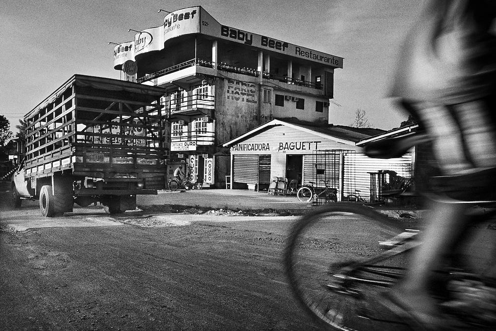 Brazil, Oiapoque, Amapa.<br /> <br /> Oiapoque est avant tout une ville de passage pour les garimpeiros bresiliens qui viennent chercher du travail sur le sol guyanais et sert de base d'approvisionnement a cette activite clandestine. L'or qui circule ici vient a 90 % de Guyane, seuls 2 des comptoirs d'achat d'or d'Oiapoque sur plus d'une dizaine, beneficient d'une autorisation de la banque centrale bresilienne. Quand les militaires francais investissent une zone d'activite clandestine guyanaise, l'economie d'Oiapoque s'arrete. <br /> <br /> Cette ville champignon, base d'orpaillage pour l'activite clandestine, profite depuis 2003 de l'achevement d'une route qui permet une liaison directe de Cayenne a St Georges, sur la rive guyanaise opposee.<br /> <br /> La construction d'un pont devrait prochainement permettre le passage du fleuve oyapock et relier le Bresil au departement francais.