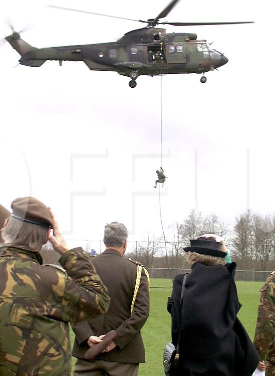 fotografie frank uijlenbroek@1999/frank uijlenbroek.990323 assen ned.bezoek Koningin Beatrix aan de Johan Willem Friso kazerne, werkbezoek aan de 13e luchtmobiele brigade waar zij diverse oefeningen te zien kreeg o.a twee landende helicopters die militairen aan een touw naar beneden lieten, die daarop met een gevechtsoefening begonnen