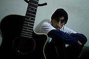 DANIEL VALDIVIA FERNANDEZ ,  MAS CONOCIDO COMO DANIEL F, MUSICO COMPOSITOR, LIDER DE LA BANDA DE ROCK LEUSEMIA. .EN SESION FOTOGRAFICA