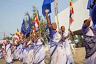 Kvinnor marcherar in till där masskonvertering för daliter sker i Nagpur, Indien